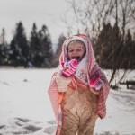 radość śnieg dziecko kocyk uśmiech samyang 35 bokeh sony alfa