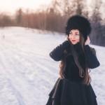 kobieta spacer popoludnie zachod slonca samyang 35 sony alfa usmiech radosc wlosy szminka usta zimowy spacer