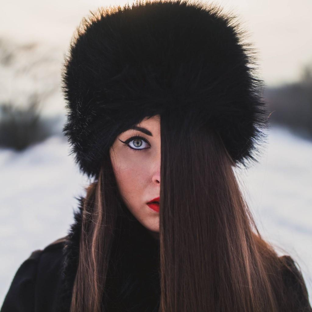 śnieg, snow, dziewczyna, zima, czapka, laliki, spojrzenie, look, eyes, hair, włosy, samyang 35, sony alfa 6000